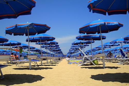 この夏、海で気をつけておきたい防水カメラの取り扱いをチェックしましょう。